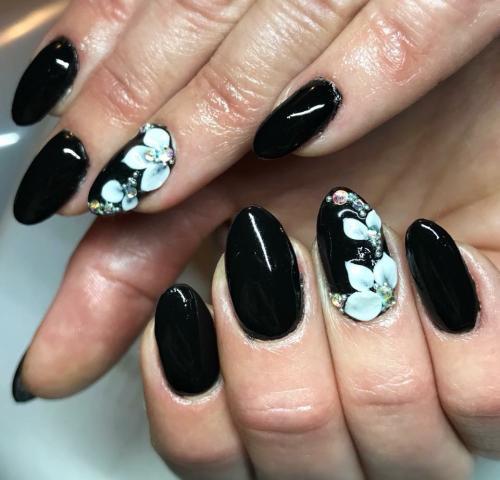 Musta valkoiset kukat
